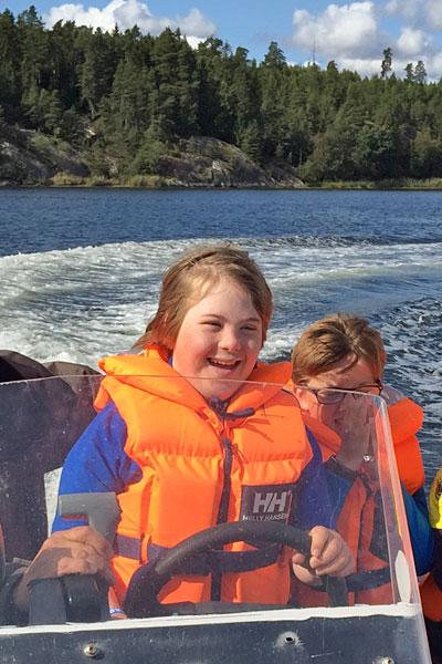 glad jente i båt